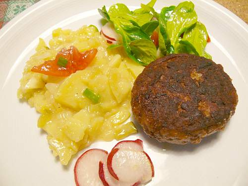 Fleischküchle mit Kartoffelsalat